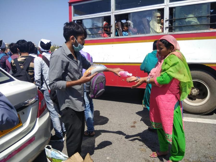 Volunteers in India distribute hand sanitizer and food to migrant workers. Photo: Muhammad Wajihulla